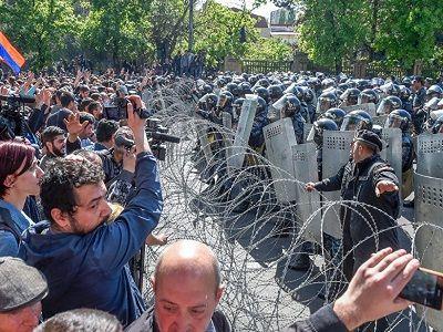 В Армении задержали 13 человек после столкновений с полицией