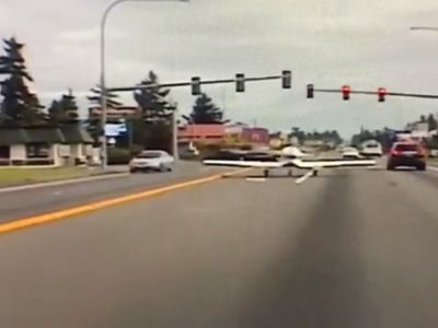 In the US, a Light-Engine Aircraft Emergency Landed on the Highway