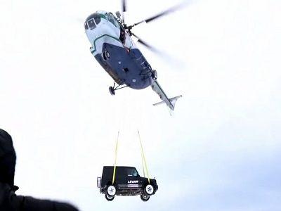 В Карелии москвичи сбросили c вертолёта Mercedes Gelandewagen