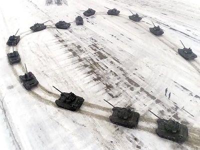 Российский военный сделал предложение, стоя в центре сердца из танков