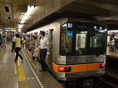 В Токио прошла минута молчания в память о жертвах газовой атаки в метро
