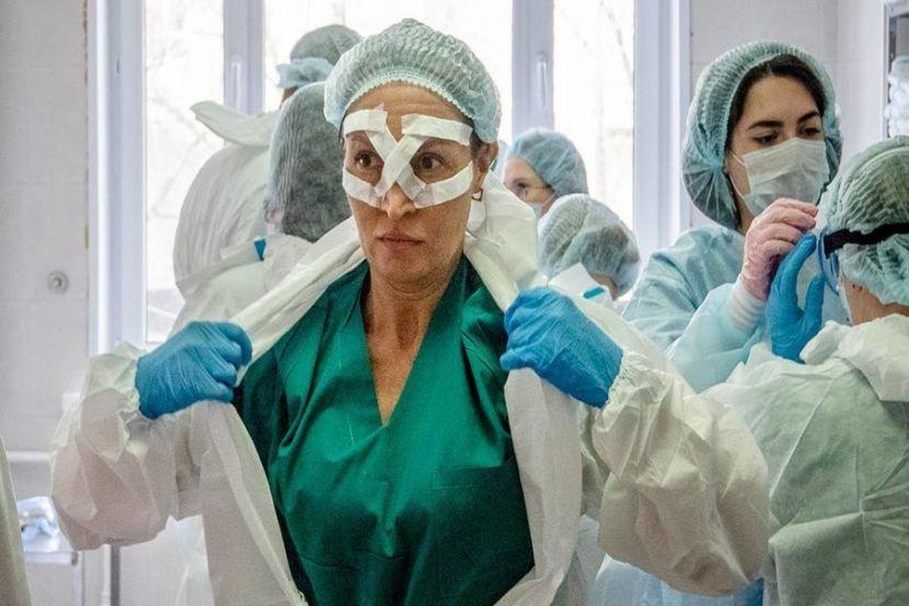 В России стали производить в два раза больше защитных костюмов для мед персонала