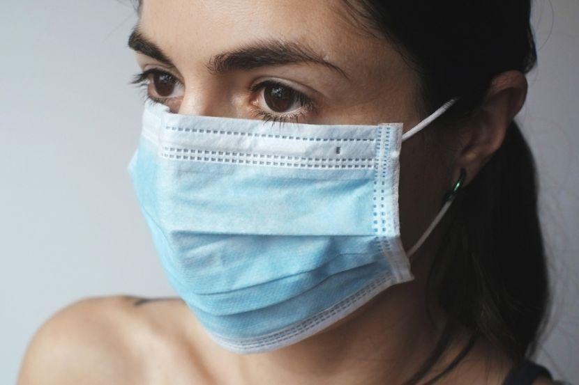 Вирусолог рассказал, почему маски бесполезны на улице