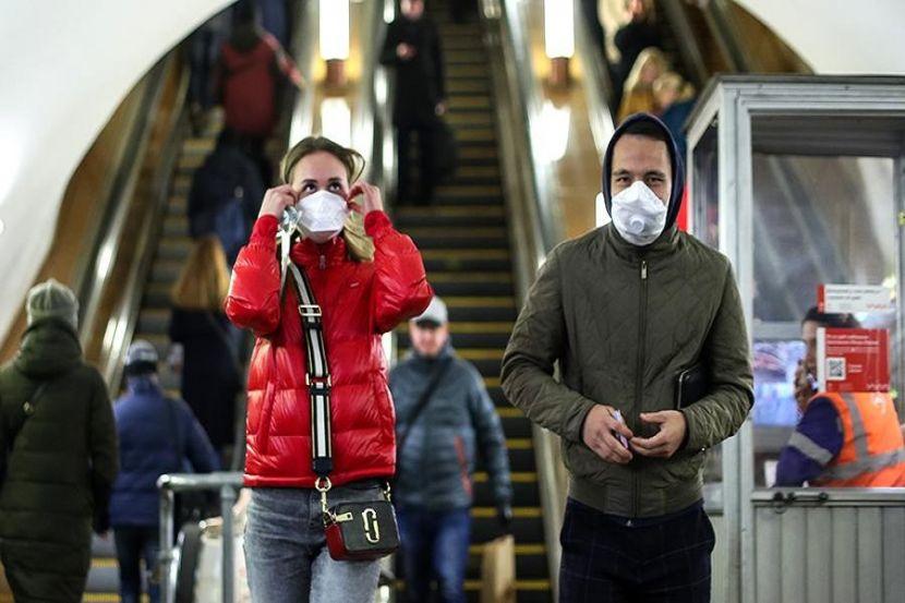 Собянин заявил, что маски в Москве придётся носить до осени и дольше
