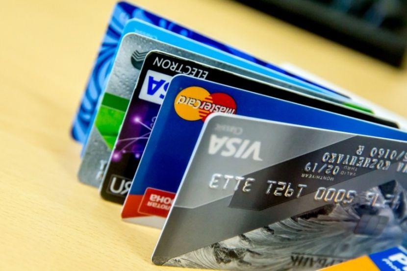 В Госдуме дали оценку предложению о платном выпуске карт банков