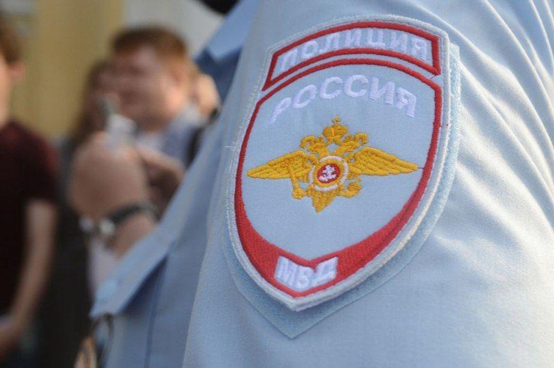 В Москве мужчина ранил женщину и забаррикадировался с ребёнком в квартире