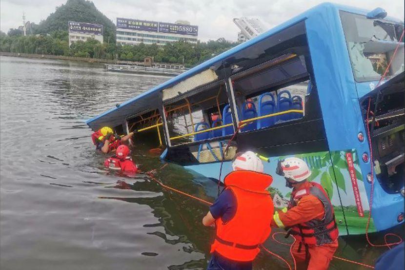 В Китае 21 человек погиб в результате падения автобуса в водохранилище