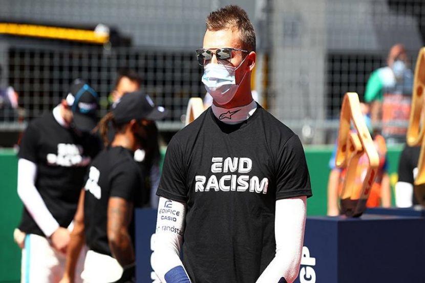 Российский гонщик объяснил отказ встать на колени на акции против расизма