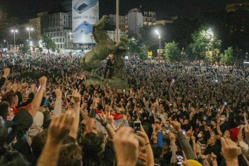 Сотрудники полиции разогнали протестующих у сербского парламента
