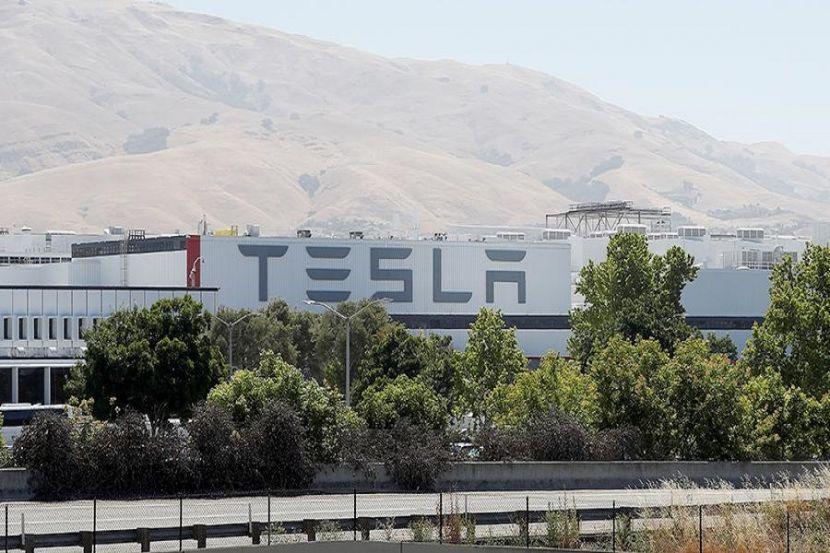 Tesla анонсировала выпуск полностью беспилотного автомобиля
