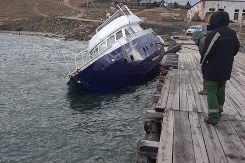 В Байкал из накренившегося судна попало топливо
