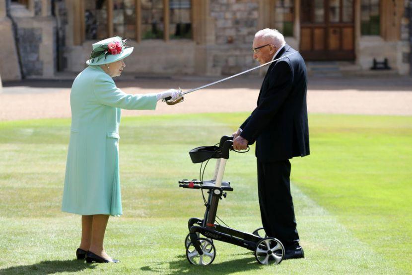 В Великобритании посвятили в рыцаря ветерана, который собрал 41 миллион долларов для медиков