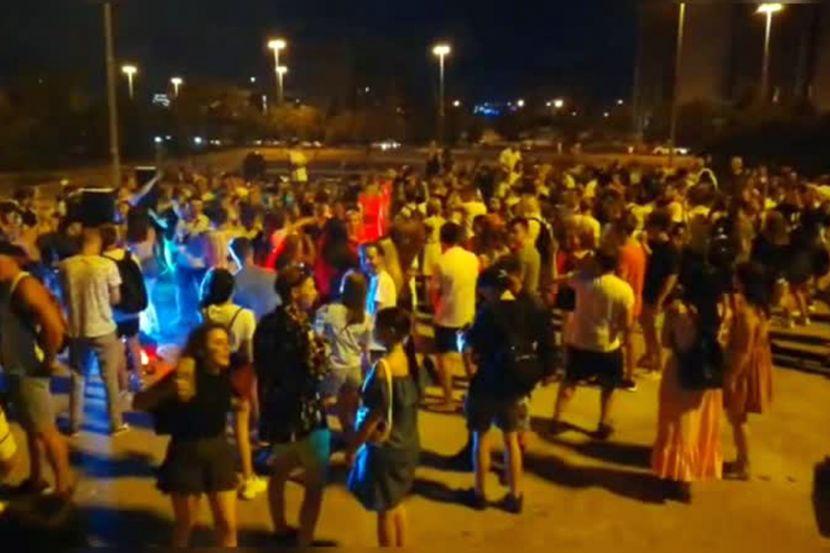 Жители Екатеринбурга устроили вечеринку под окнами здания правительства