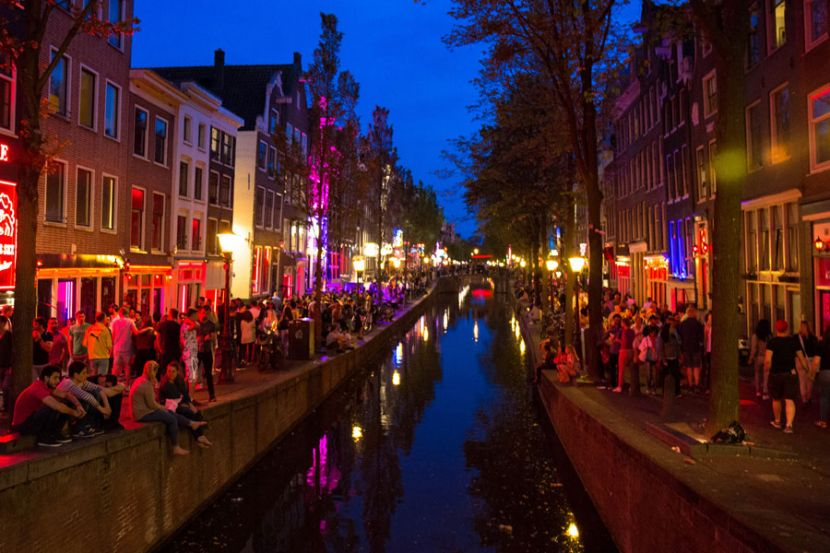 Власти Амстердама призвали воздержаться от посещения района «красных фонарей»