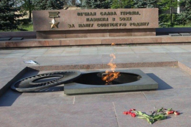 На Украине подростки тушили и плевали в Вечный огонь