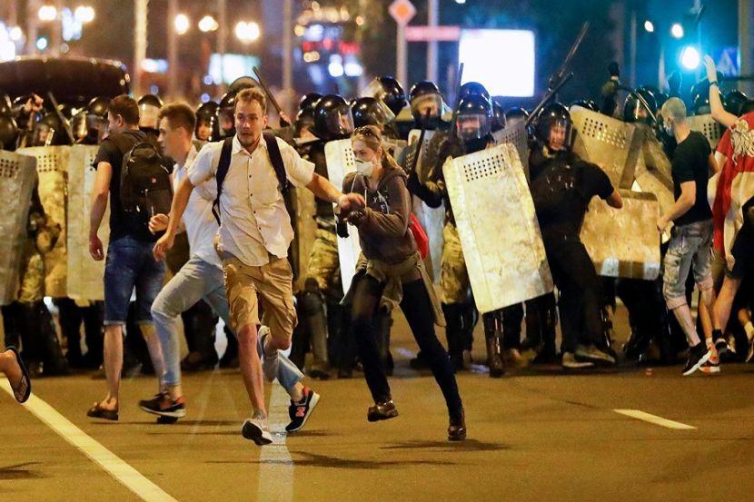 В Бресте митингующих разгоняют светошумовыми гранатами и пулями