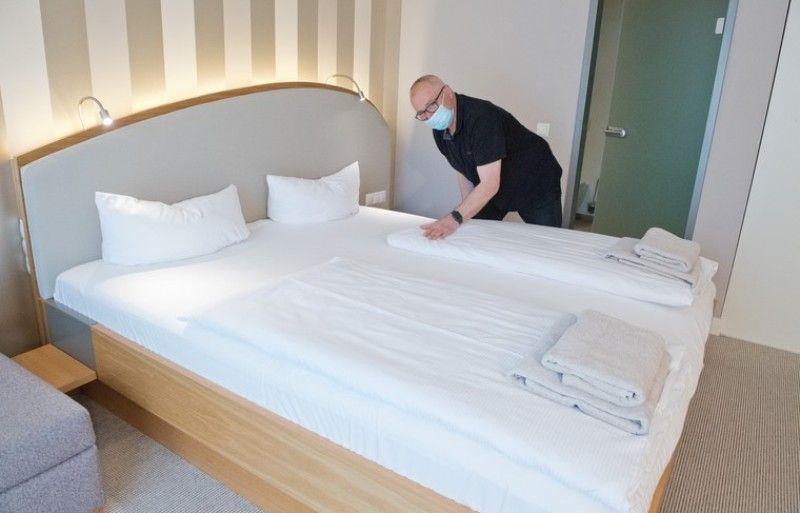 Более одной тысячи столичных медиков продолжат жить в отелях