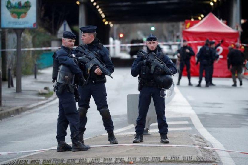 В столице Франции голый мужчина напал на полицейских