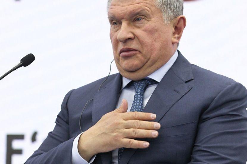 Сечин подарил Президенту России бутылку нефти