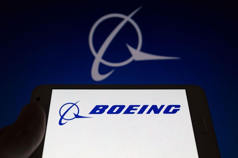 на экране смартфона виден логотип американской аэрокосмической компании Boeing.