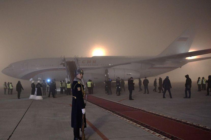 Церемония встречи президента России Владимира Путина по прибытии в международный аэропорт Манас в преддверии заседания Коллективной безопасности ОДКБ.