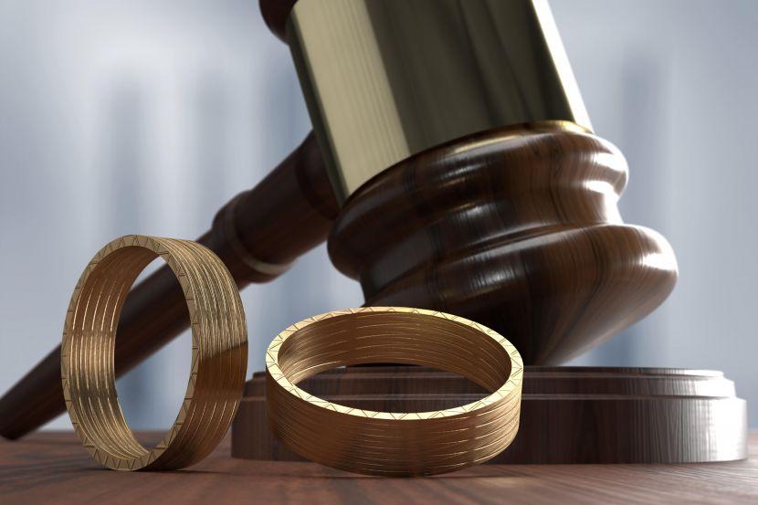 Судейский молоток с двумя обручальными кольцами.