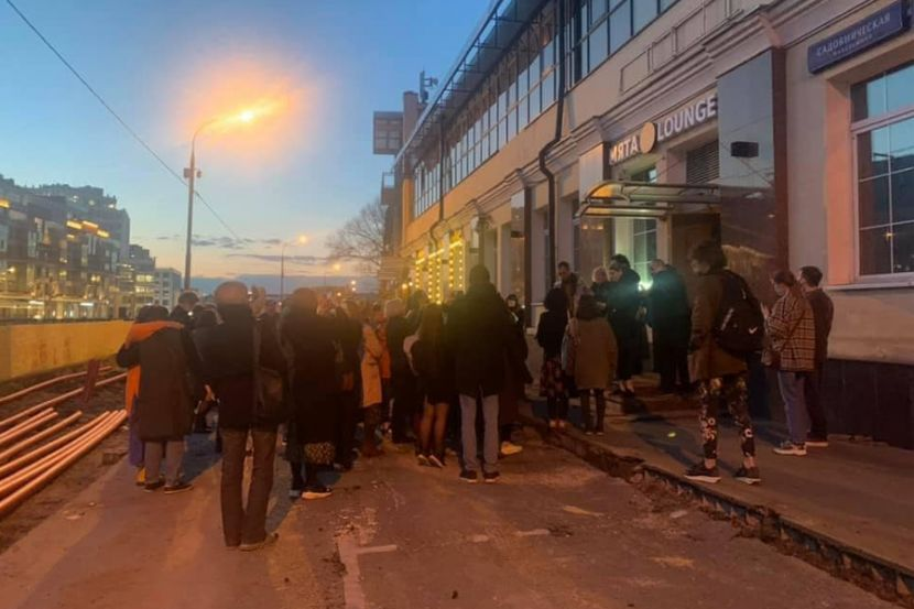 Люди, эвакуированные из здания «Театра.doc».