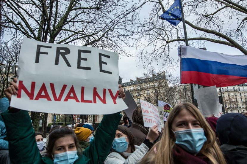 A few dozen people gathered at the Trocadero to demand the release of Alexei Navalny.